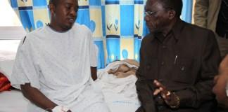 Mh Joshua Nassari Akiwa Hospitalini Selian na Waziri Mkuu Mhesimiwa Pinda Akimueleza Jinsi Alivyojeruhiwa