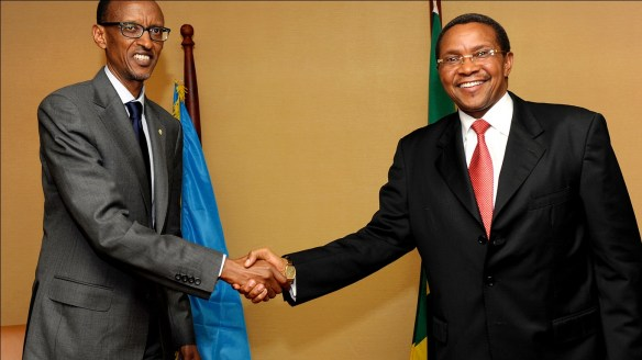Kagame na Kikwete Wakisalimiana Kwenye Mkutano wa ICGR Kampala Uganda 5 Septemba 2013 Kwa Nyuso Zenye Jumbe Tofauti