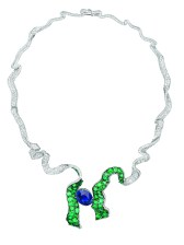 Dénoué Saphir Necklace. 750/1000 white and yellow gold, diamonds, sapphire and emeralds.