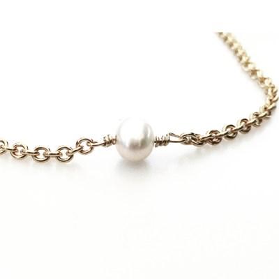 """Selv om perlen ikke er en ædelsten, høre perlen alligevel til her, da den altid har været brugt i smykker. I mine håndlavede smykker bliver perlen symbol på skønhed og renhed. Perler forbindes med vandet og med Månen, kan opfattes som frugten af mødet mellem det himmelske lys (jævnfør at perlen fluoriscerer) og vandet på Jorden, en forening af ild og vand, idet lynet gik gennem muslingeskallerne. I græsk mytologi er Afrodite """"Perlernes Dronning"""", skabt ved at Zeus som et lyn gennembrød muslingeskallen. Et lignende motiv findes i kinesisk mytologi, hvor himmeldragen, lynet og perlen er forbundne. I Kina kunne døde få perler lagt i munden. I Japan er perler (eller juveler) blandt de tre kejserlige regalier, sammen med sværdet og spejlet, genstande der blev bragt fra shintogudernes himmel ned til kejserhuset. I hinduismen er en perle Shivas 3. øje og i buddhismen Buddhas, som symbol på åndelig fuldkommenhed. Perlen er lykkesten for juni måned. Perle der sidder fast i armbånd"""