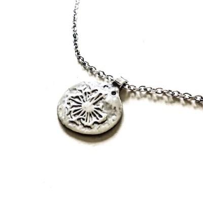 Amazing Coin med halskæde. En gammel mønt med solmotiv og rå strultur i en ankerkæde