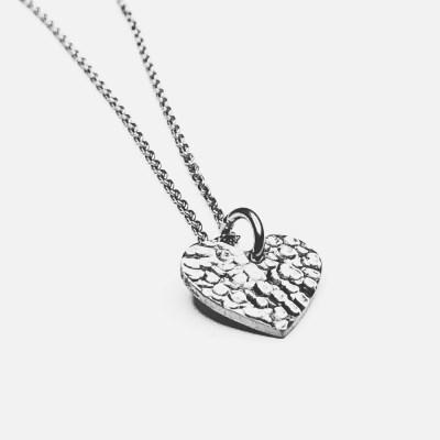 Set fra siden Sparkling Heart med rå overflade og i sølv.