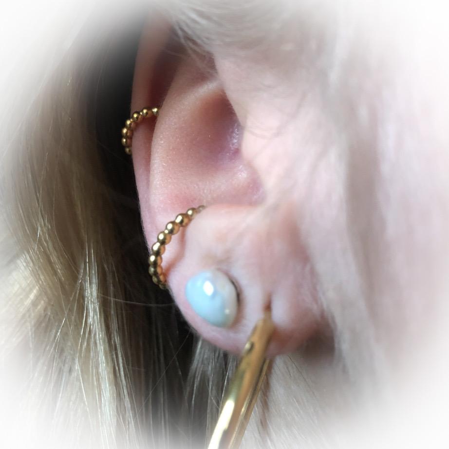 earcuff i 2 størrelser lavet af små kugler ses her hvordan de sidder på øret
