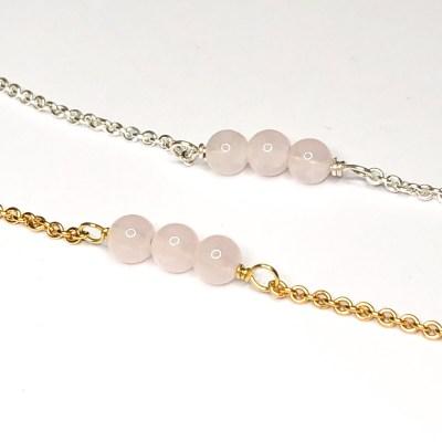 Love peace harmoni armbånd lavet af 2 mm ankerkæde med 3 stk rosakvarts perler der er 4 mm store. i både sterling silver, forgyldt sterling silver og 14 k guld