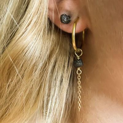 Rough diamond ørering / vehæng der hænger i en creol