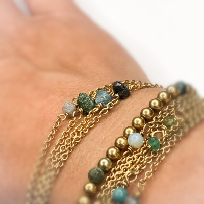 Rough diamond bracelet set på håndleddet i 4 farver