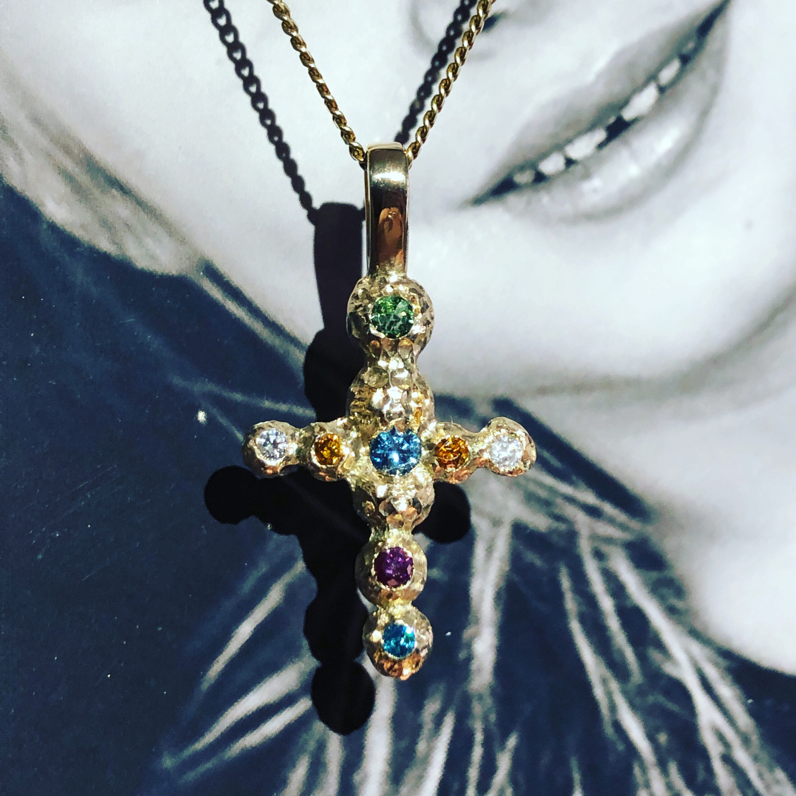 One of a kind kors med farvede diamanter