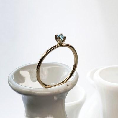 One of a kind 14 k guld ring med blå brillant