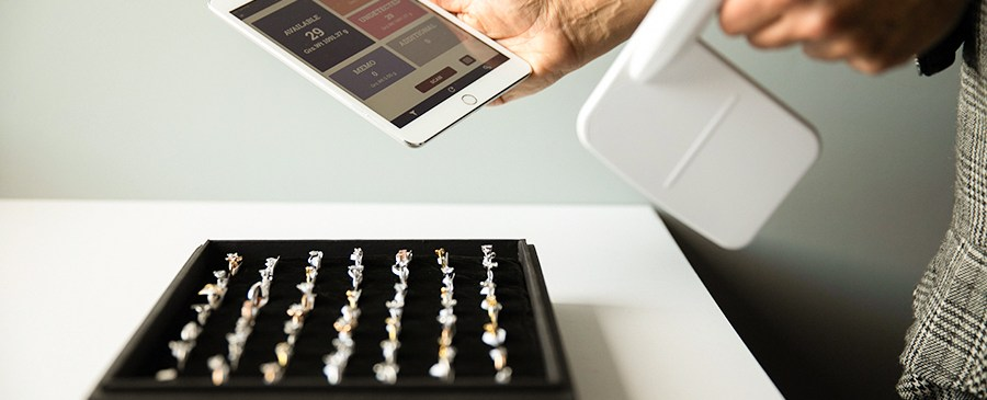 A jewelry store employee using JewelTrace RFID solution for a fast and insightful inventory count