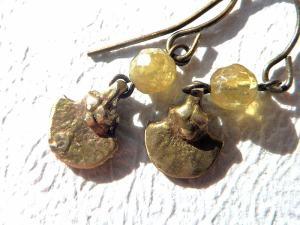 グリーンガーネットとオリッサ真鍮細工のピアス