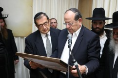 Chairman of the Association of Friends of Mayanei Hayeshua and chairman of the Psagot investment house, Dr. Ehud Shapiro, reading the special letter from Harav Chaim Kanievsky, shlita