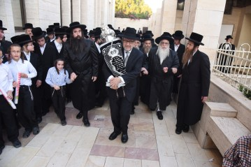 Hachnossos Sefer Torah, Sol Goldner flanked by Sanz Klausenberger Rebbe and the Young Rebbe