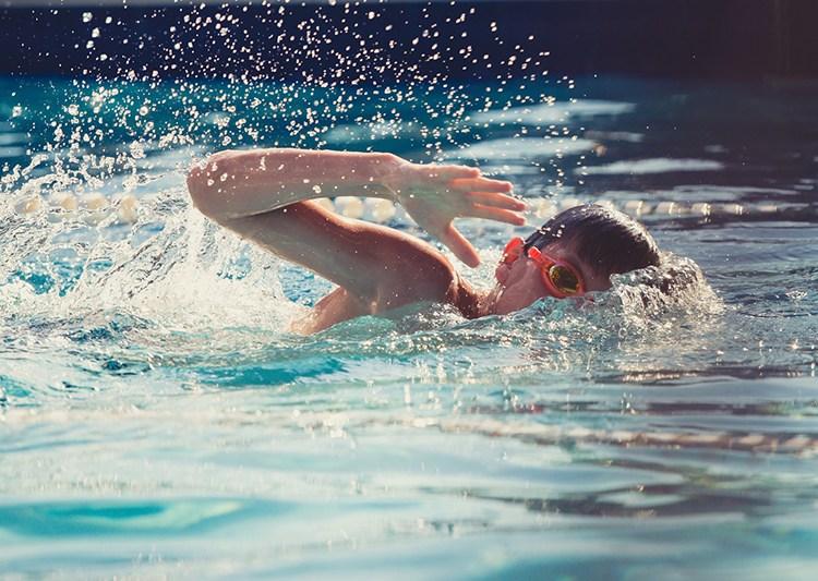 ¿Qué significa enseñarle a nuestros hijos a nadar?