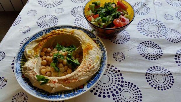 Израильский салат и хумус Фото: Wikipedia