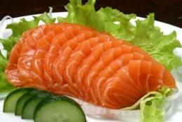 O ideal é ingerir de três a cinco vezes por semana, no lugar da carne vermelha. Muitos peixes, como o salmão, possuem ação anti-inflamatória.