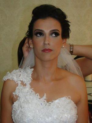 As noivas investem no penteado e maquiagem