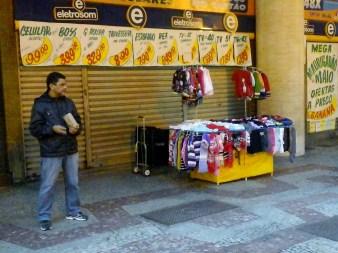 Aos sábados as barracas começam as vendas à tarde. Foto: Felipe Reis