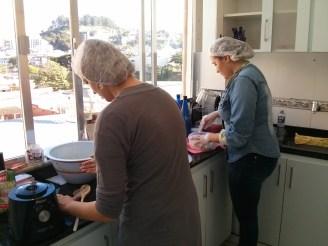 As duas fazem tudo na empresa - cozinham, lavam e fazem o planejamento e a publicidade da empresa