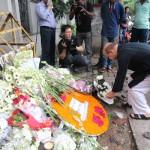 バングラデシュ国民と外国人らが、犠牲者を哀悼し、献花(2016年7月3日・撮影:アルム)