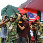 犠牲者の遺体の入った棺桶を運ぶバングラデシュ軍隊兵士。ダッカの軍隊用スタジウムにて(2016年7月4日・撮影・モニルール・アルム)