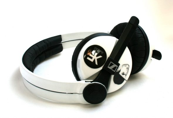 White Sennehsier HD25 with Logo image on the earcup-2799