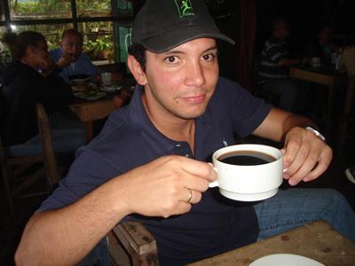 Juan David tomando un INMENSO Cafe