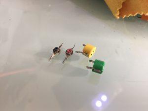 取り外したトリマー(左2個)村田TZ03トリマー(右2個)