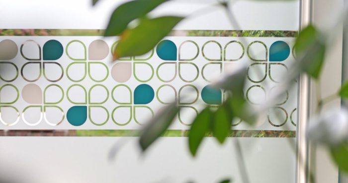 modèle lotus scandinaves bleu et dépoli avec une plante en premier plan