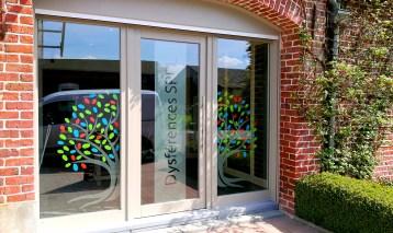 Cabinet D'orthophonie / Création du visuel / pose de dépoli et adhésif coloré.