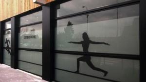 vitrine osthéopathe avec adhésif dépoli et noir