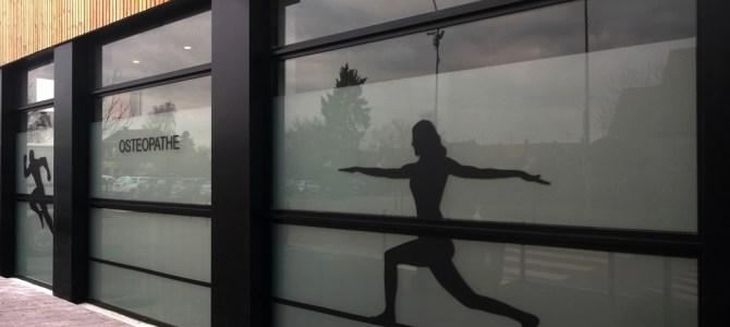 Cabinet de Kiné  / Création du visuel / pose de dépoli et adhésif noir.