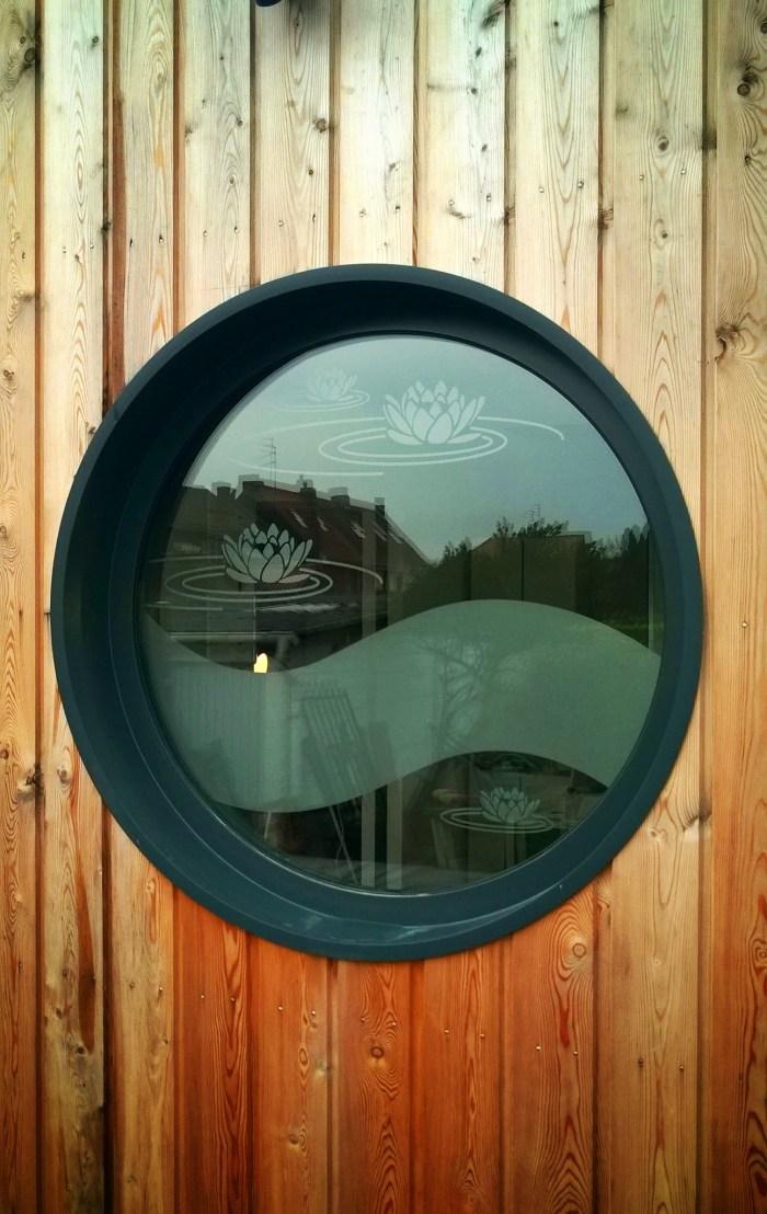 adhésif dépoli sur fenêtre hublot et bardage bois