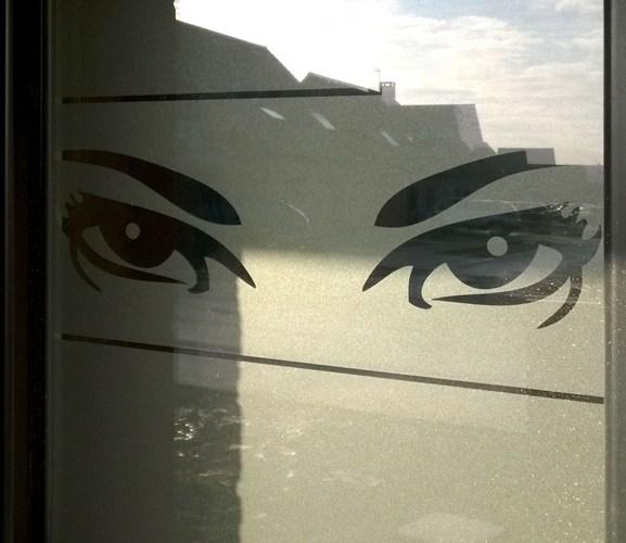 Motif eyes posé sur un fenêtre de salle de bain