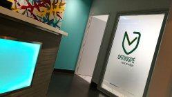 cabinet de dentiste avec cloison de séparation en film dépoli et intégration adhésif coloré