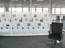 Bureau avec cloisons vitrées recouvertes d'adhésif dépoli dans des bureaux