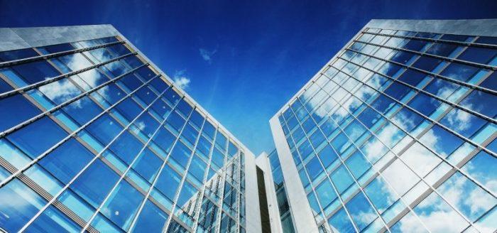 façade d'immeuble avec des fenêtres en adhésif dépoli