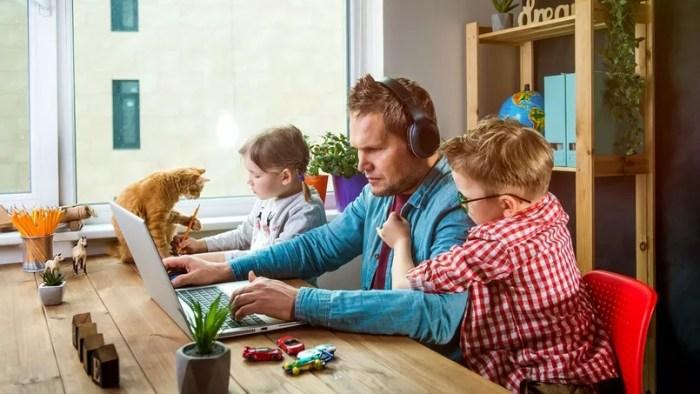 télétravailleur entouré de sa famille et de son chat
