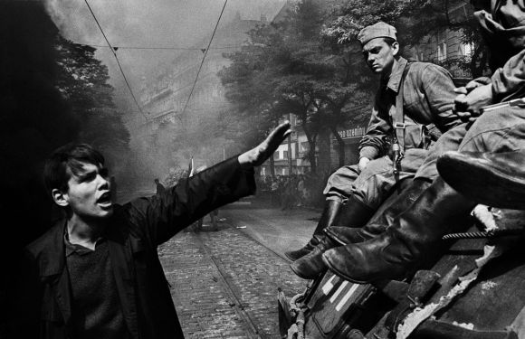 "Josef Koudelka, ""CZECHOSLOVAKIA. Prague. August 1968. Invasion by Warsaw Pact troops in front of the Radio headquarters."""