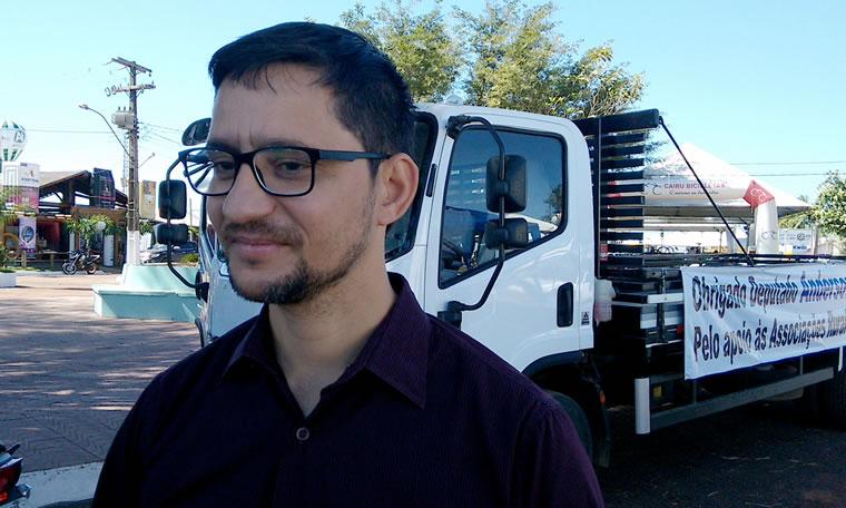 Anderson do Singeperon participa de entrega de caminhão a associação