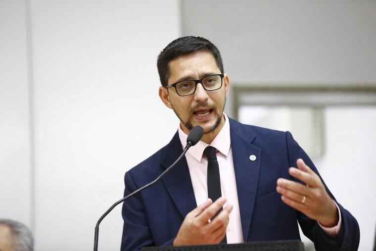 Anderson do Singeperon pede pagamento de gratificação de professores de Espigão do Oeste