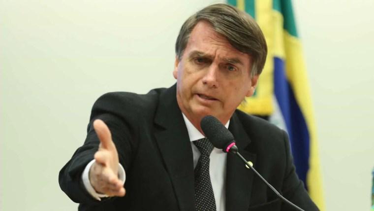 Bolsonaro suaviza discurso militar e exalta democracia