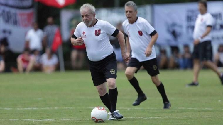 Lula e Chico jogam futebol em campo do MST em ato de desagravo