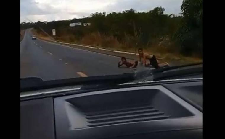 """Garotos deitam na pista de rodovia e provocam motoristas; PRF vai investigar """"brincadeira""""  – VÍDEO"""
