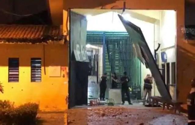 Mais de 100 detentos fogem de presídio na PB; PM é baleado na cabeça