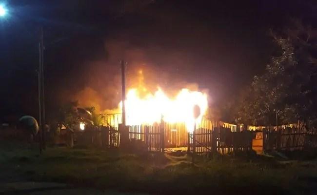Homem é preso após cortar fios de energia e atear fogo na casa de mulher, em Machadinho do Oeste