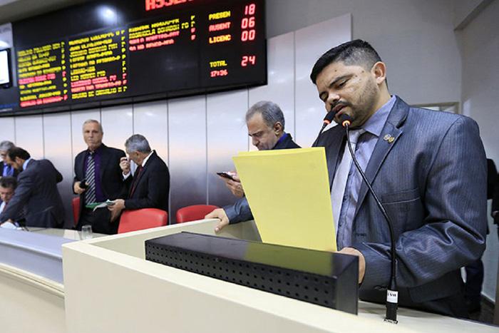 Deputado Jesuíno oficializa prefeito de Candeias e cobra providências