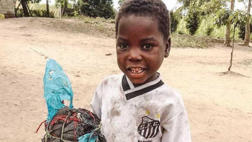 Santos doa R$ 38 mil após foto de garoto moçambicano viralizar na web