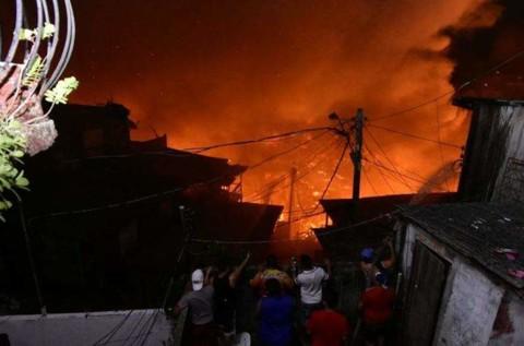 SINISTRO – Possivel explosão em panela causa incêndio que destrói 600 casas – VÍDEO