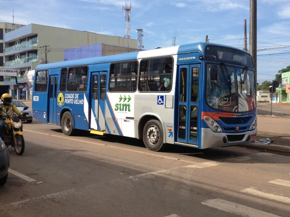 Passageiros de ônibus reagem a assalto e cercam suspeitos armados em Porto Velho