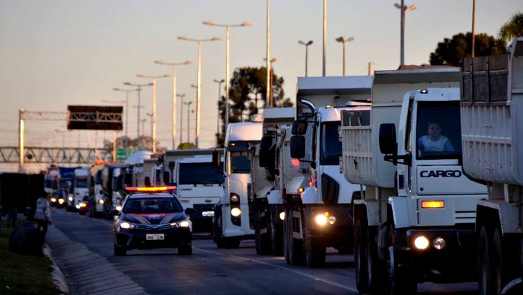 Caminhoneiros se mobilizam para nova paralisação no dia 30